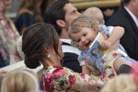 Prinsessan Sofia och prins Alexander under dopgudstjänsten för prinsessan Adrienne i Drottningholms slottskyrka.
