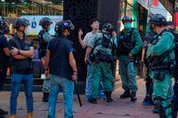 Polisen griper en man under demonstrationen i Hongkong.