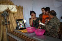 Francisca Nij och brodern Francisco sörjer sin mamma Maritza Nij Ramos Davila som omkom i katastrofen.