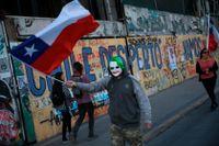 En demonstrant med Jokern-mask i Santiago på torsdagen.