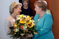 EU-kommissionens tillträdande ordförande Ursula von der Leyen gratuleras av Tysklands förbundskansler Angela Merkel.