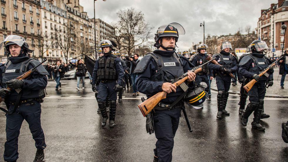 Paris den 9 januari, Porte de Vincennes där sex kunder, bland dem ett litet barn, hölls som gisslan i fem timmar medan den största militär- och polisinsats som någonsin skådats i huvudstaden mobiliserade sig utanför.