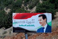 """Syriska desertörer utlovas amnesti. """"Välkommen till segrande Syrien"""", lyder denna skylt vid gränsen till Libanon. Arkivbild från 20 juli."""