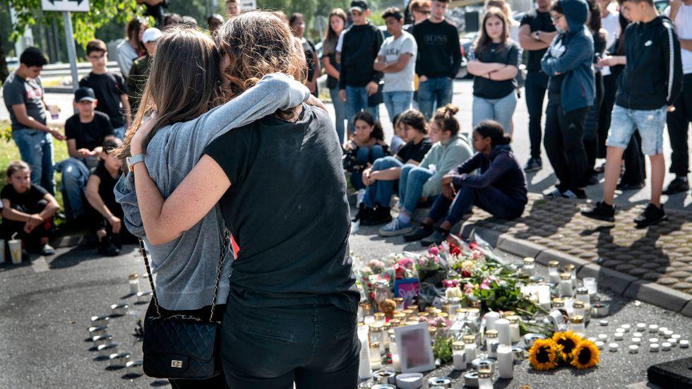 Minnesstund för den 12-åriga flickan som avled i samband med skjutningen i Norsborg förra året. Arkivbild.
