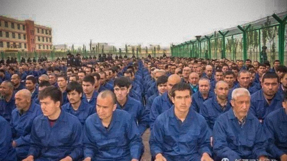Fångar i ett omskolningsläger i Xinjiang. Bilden lades ut på sociala medier av kinesiska myndigheter i april 2017.