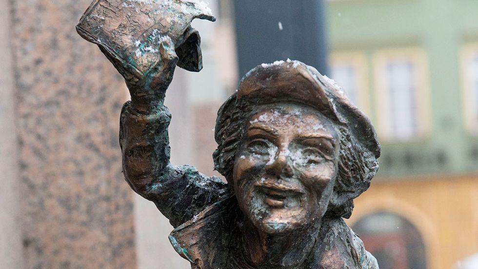 Dvärgarna i Wroclaw. Över 150 små statyer föreställande dvärgar finns utplacerade i den polska staden Wroclaw. Ett exempel på offentlig konst.