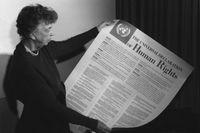 Eleanor Roosevelt visar upp FN:s deklaration om de mänskliga rättigheterna, som antogs 10/12 1948.