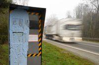På bilden syns en fartkamera i franska Bonnemain som har vandaliserats med målarfärg. Arkivbild.