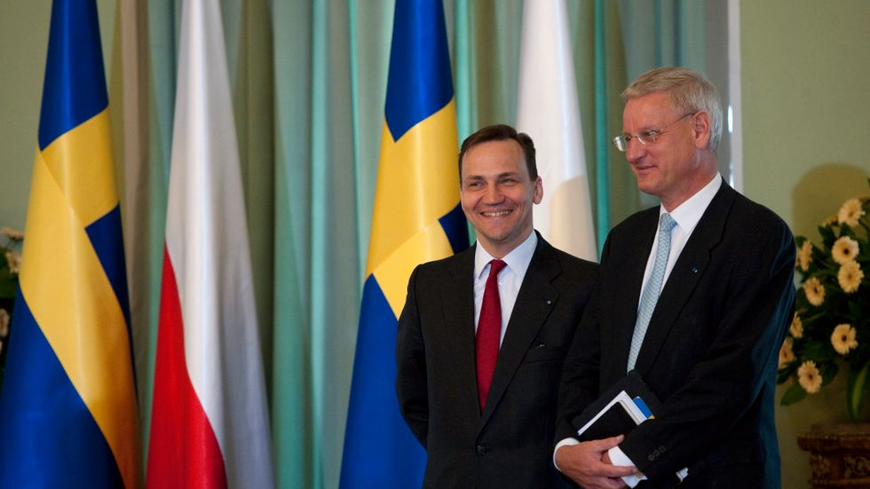 Dåvarande utrikesministrarna Radek Sikorski och Carl Bildt vid ett polskt-svenskt möte i Warszawa 2011. Arkivfoto.