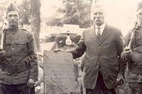 Olof Öhman med beväpnade vakter vid Kensingtonstenen 1927.