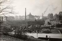 Vy från Vasaparken på 1920-talet över de kvarvarande delarna av verkstaden. Till höger syns nya bostadshus under uppförande i det som även senare kallas Atlasområdet.