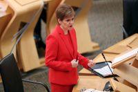 Den regionala regeringschefen i Skottland, Nicola Sturgeon, har beska besked till den brittiska riksdelens befolkning. Från och med midnatt natten mot tisdag blir det strikt nedstängning på grund av det tilltagande antalet covidsmittade. Arkivbild.
