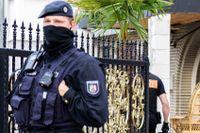 Polisens specialkommando SEK slår till mot en villa i Leverkusen. Fastigheten forcerades med ett pansarfordon och ingångsdörren sprängdes.