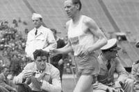Gunder Hägg vinner milen före Gil Dodds i San Francisco den 17 juli 1943.