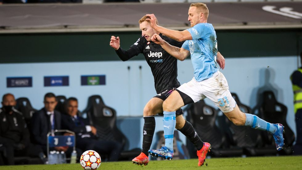 Malmö FF-försvararen Franz Brorsson i kamp med den svenske landslagsstjärnan Dejan Kulusevski, som hoppade in för Juventus i slutet av matchen som den italienska storklubben vann med 3–0.