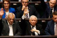 Ledaren för regeringspartiet PIS, Jaroslaw Kaczynski, och andra ledamöter röstar om en omstridd reform av landets rättsväsende.