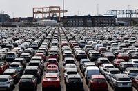 Nytillverkade bilar vid hamnen i Duisburg, Tyskland. Just bilindustrin är en av tysk industris allra viktigaste sektorer. Arkivbild.