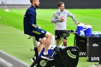 Pontus Jansson trampar på medan resten av landslaget tränar på Friends arena. Läkaren Jonas Werner håller koll på mittbacken.