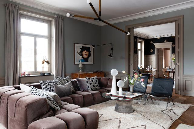 Fem av lägenhetens sex rum ligger i fil med varandra och har utsikt mot Oscarskyrkan. I vardagsrummet tronar två PK22-fåtöljer, signerade Poul Kjærholm för Fritz Hansen, jämte soffan Tufty-time från B&B Italia.