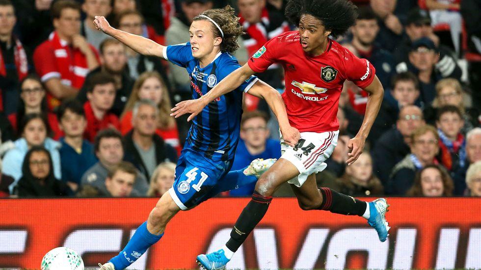 Rochdales 16-årige målskytt Luke Matheson i kamp med Manchester Uniteds Tahith Chong.