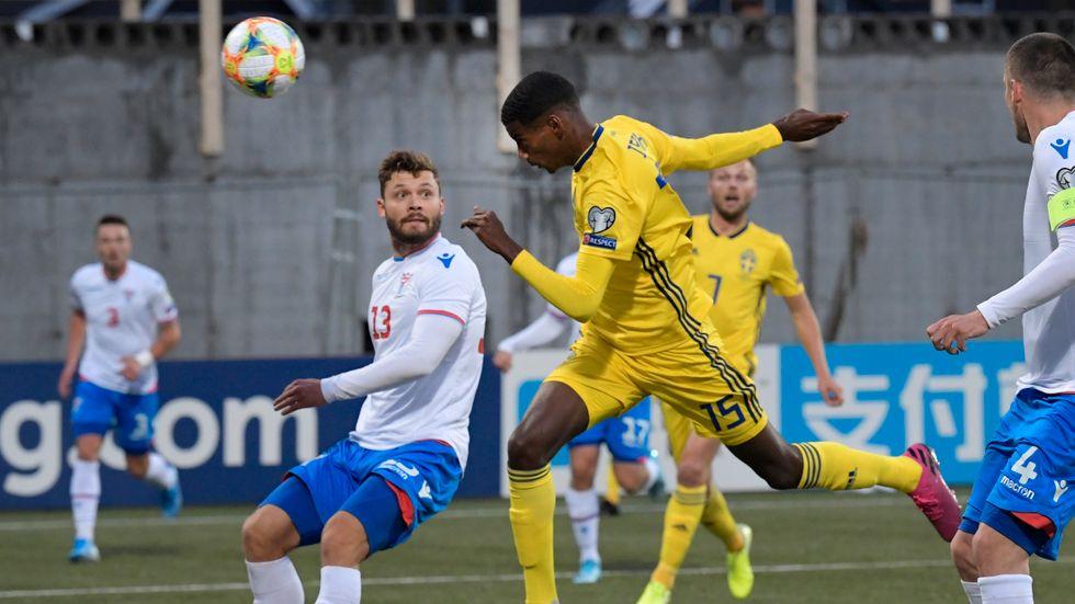 Sveriges Alexander Isak gör 0-1.