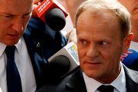 Donald Tusk anländer till riksåklagaren i Warszawa för att vittna om flygkraschen 2010.