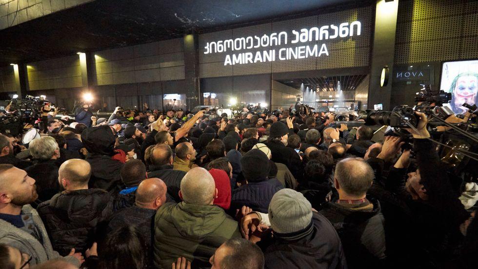 """Hätska protester utanför biografen som visar """"And then we danced"""" i Tbilisi, Georgiens huvudstad i fredags."""