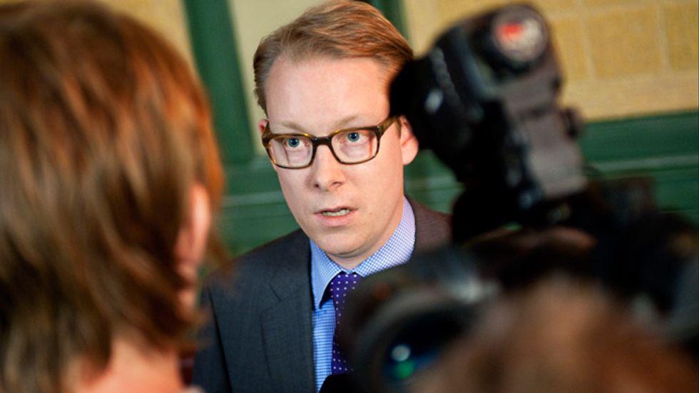 Tobias Billström drar medvetet ärendet om papperslösas vård i långbänk, skriver artikelförfattarna.