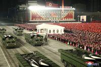 Vid den stora militärparaden i Pyongyang visades bland annat vad som uppges vara nya robotar upp. Bilden kommer från diktaturens nyhetsbyrå KCNA.