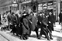 Lenin (längst fram med paraply) i samtal med journalisten Ture Nerman i Stockholm den 13 april 1917.