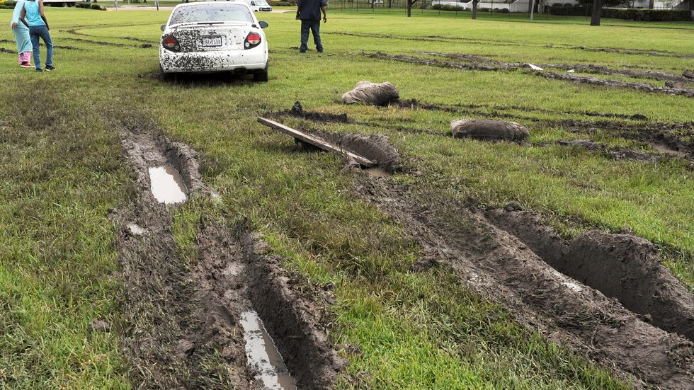 Spår efter regnen på ett fält i Houston. Stormarna har ställt till stor förödelse och krävt en rad dödsoffer.