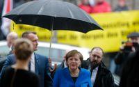 Angela Merkel anländer till SPD:s partihögkvarter för torsdagens samtal.