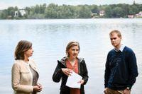 Klimatminister samt vice statsminister Isabella Lövin (MP), miljöminister Karolina Skog (MP) och utbildningsminister Gustav Fridolin (MP) hade paraplyerna nära till hands när de presenterade regeringens nya vattenpaket vid en pressträff i Vittsjö i Skåne.