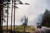 Trafikverket har fått i uppdrag att ta reda på hur stor skada branden hade på landets infrastruktur. Bild från branden i Färila.