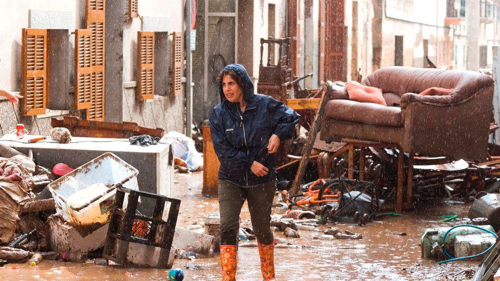 En kvinna i Sant Llorenç på Mallorca dagen efter ovädret.
