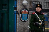 En polis vaktar utanför Sveriges ambassad i Peking. Arkivbild.