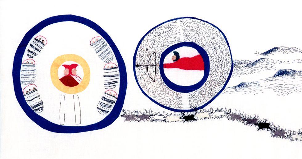 """Britta Marakatt-Labba, ett utsnitt ur verket """"Historia"""", som visades på Documenta i Kassel 2017. Ett 24 meter långt tygtryck med applikationer på linne som ägs av Tromsø universitet. På Gävle Konstcentrum visas en kopia."""