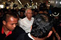Malaysias premiärminister Najib Razak på väg att träffa anhöriga till de saknade på MH370 på Kuala Lumpurs internationella flygplats.