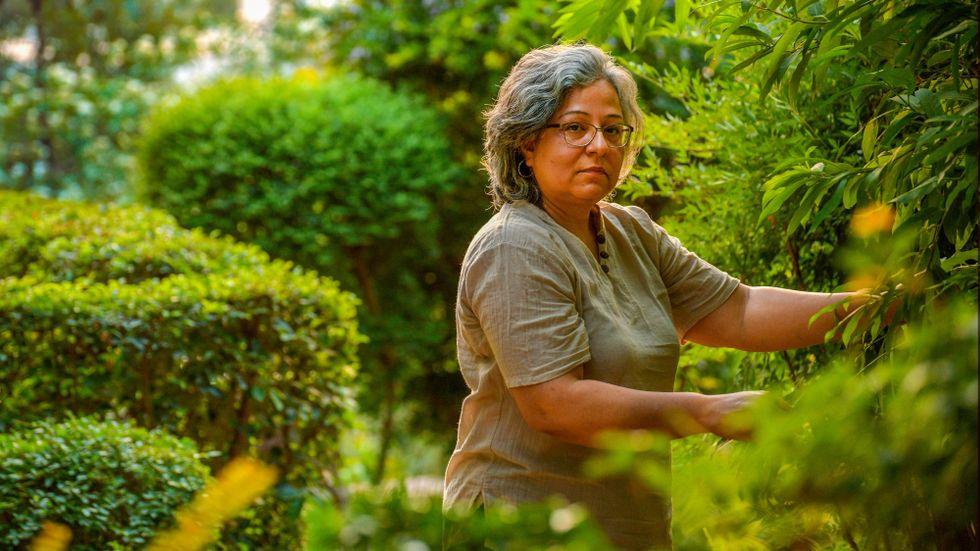 Fizza Hasan har under pandemin äntligen fått njuta av sin trädgård. Nu håller hantverkare på att bygga en scen i iden, där lokala kulturutövare ska kunna sätta upp föreställningar.