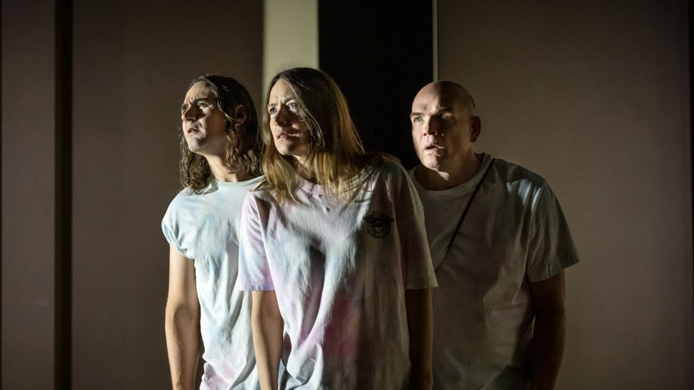 """Jonatan Rodriguez, Eva Rexed och Peter Järn i """"Ambulans""""."""