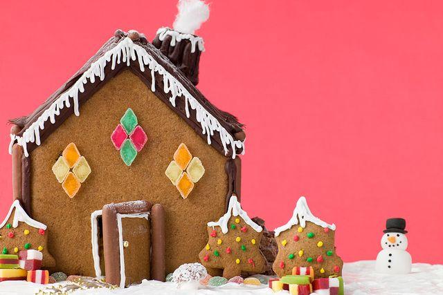 Tycker du det är svårt att skära till jämna fönster, skapa dem med godis istället. Att pensla taket med smält choklad ger en lyxig känsla.