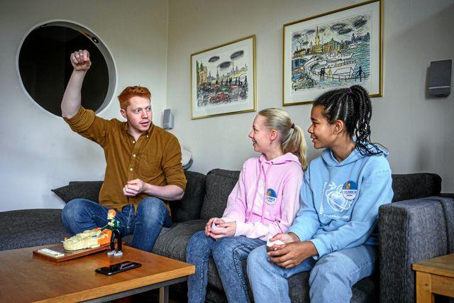 """I """"Lego masters Sverige"""" finns ett rum med över 3 miljoner legobitar som de tävlande får använda till deras legobyggen. Oftast hade deltagarna 10 till 15 timmar på sig att bygga."""