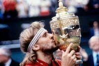 Björn Borg kysser pokalen efter att 1980 ha vunnit Wimbledons tennisturnering för femte året i rad.