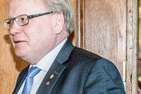 Dagens Nyheter har avslöjat att Försvarsminister Peter Hultqvists pressekreterare Marinette Nyh Radebo (till höger) via familjen har varit kopplad till ett försvarslobbyföretag.