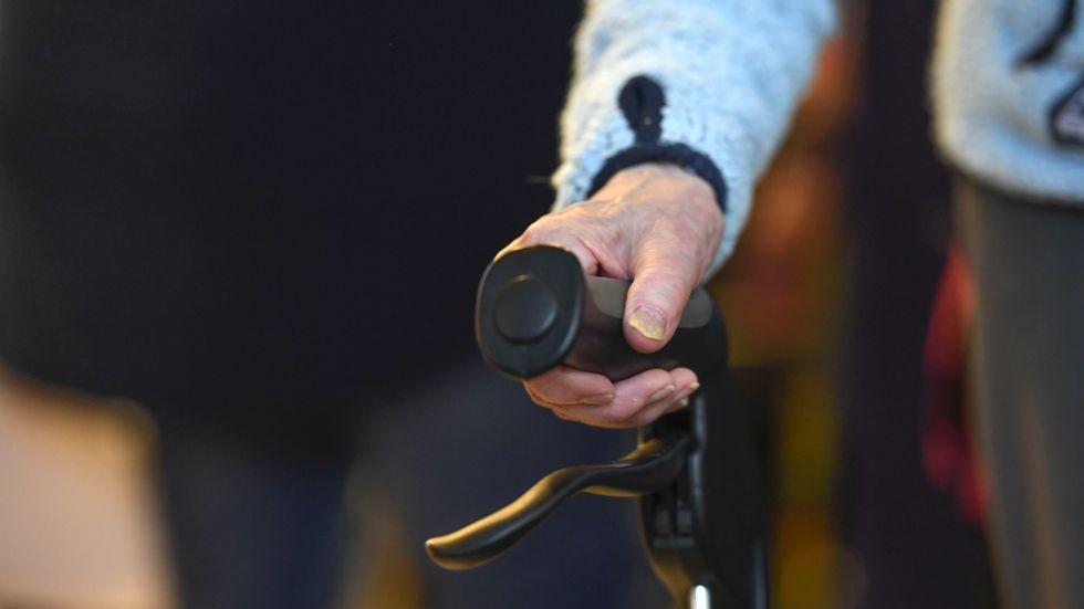 Äldre personer med demenssjukdom som smittats av covid-19 vandrar omkring på vissa särskilda boenden i Sverige. Nu vill Sveriges kommuner och regioner se en lagändring som gör det möjligt att i större grad – och i nödsituationer – isolera dessa personer. Arkivbild.
