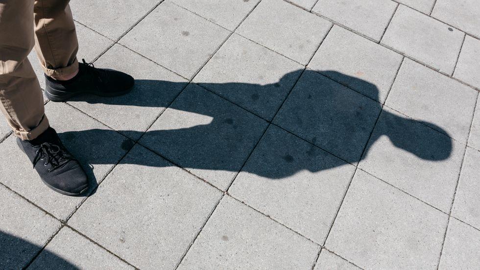 Gunnars 9-åriga dotter träffade 20-åringen i smyg i ett köpcentrum.