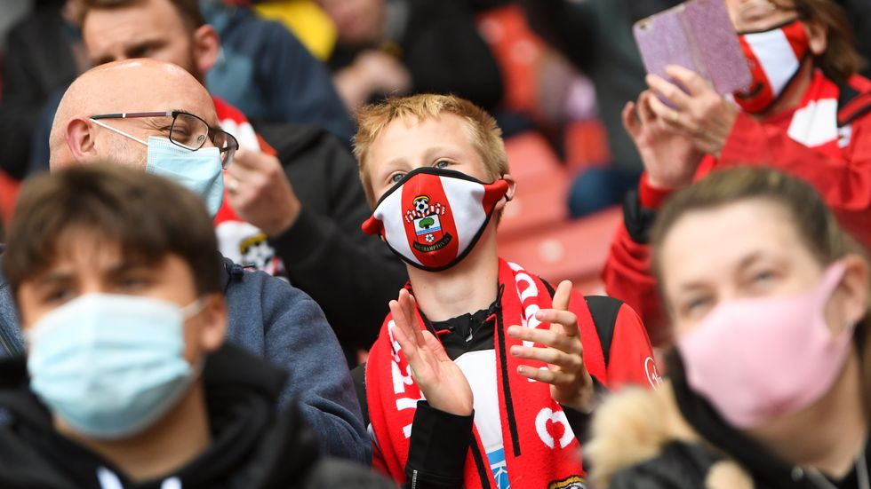 Fotbollssupportrar i England kan räkna med stickprovskontroller när de går på Premier League-matcher. Arkivbild.