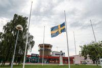Flagga på halvstång utanför Örebro flygplats. Nio personer omkom i torsdagens flygkrasch i Örebro.