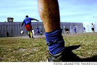 En del av internerna var duktiga på fotboll som juniorer, men hamnade på  fel spår i livet. Nu har sporten blivit ett sätt att uthärda vardagen innanför murarna.