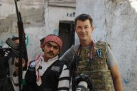 Den brittiske journalisten John cantlie med en syrisk rebellsoldat. Bilden är tagen i november 2012.